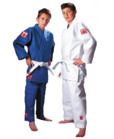 red label judopak van fighting films in wit en blauw