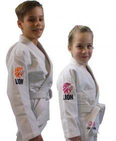 Lion Kids judopak met oranje label en speciaal judopak voor meisjes met roze label
